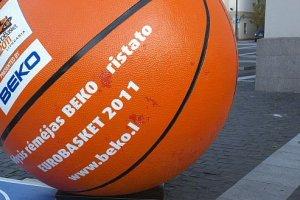 Баскетболист Л.Кведаравичюс подарил мяч российским дипломатам